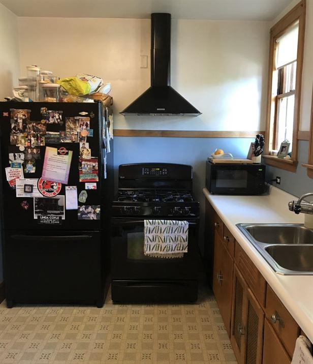 Outdated kitchen before remodel